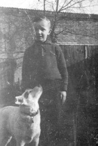 Junge mit Hund in Pommern 1940